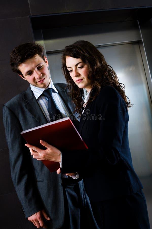 Persone di affari che leggono documento immagini stock libere da diritti
