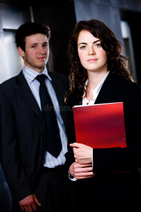 Persone di affari che leggono documento fotografia stock
