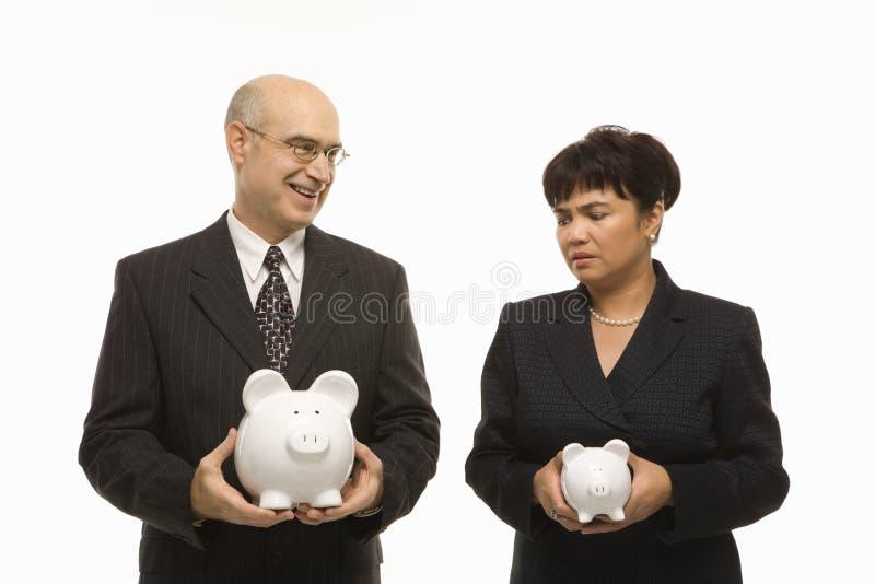 Persone di affari con i piggybanks fotografia stock libera da diritti