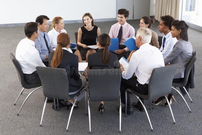 Persone di affari messe nel cerchio al seminario della società immagini stock libere da diritti