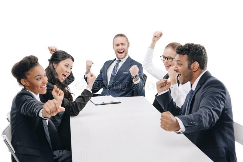persone di affari multietniche nell'usura convenzionale che celebrano successo immagine stock libera da diritti