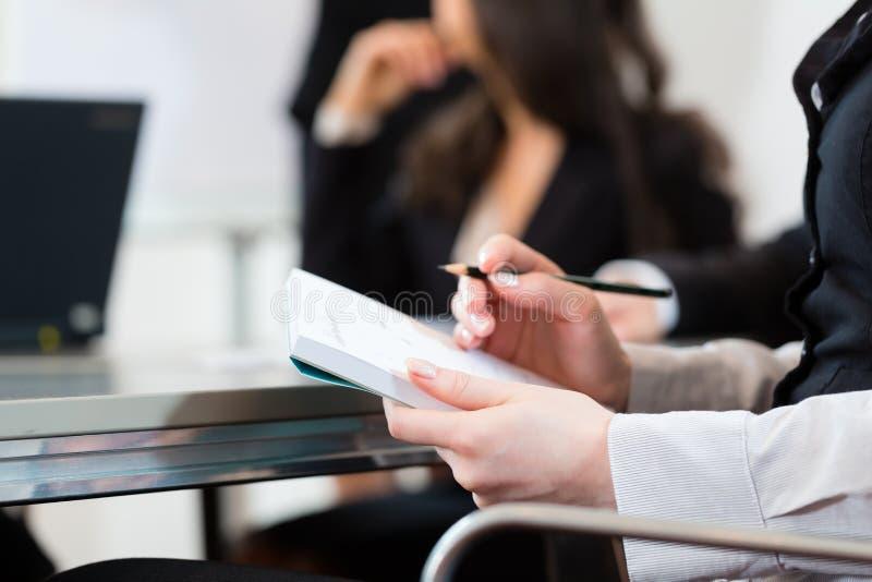 Persone di affari, riunione e presentazione in ufficio immagini stock libere da diritti