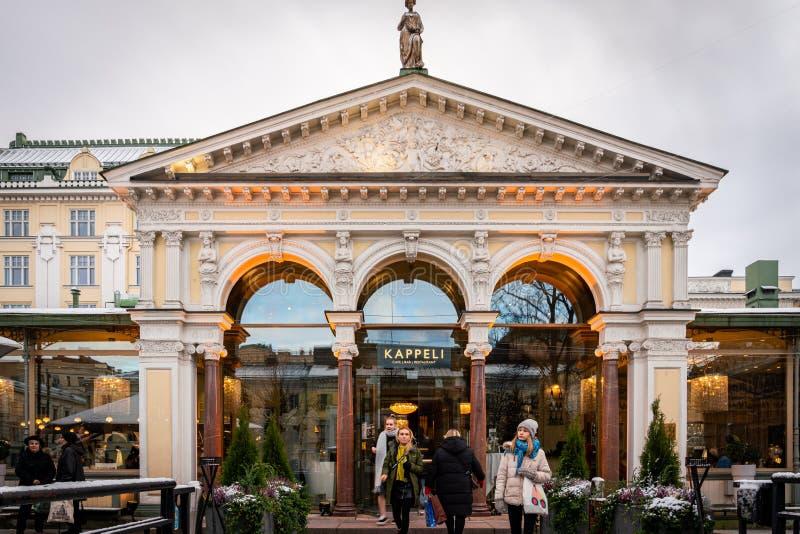 Persone di fronte alla famosa entrata del caffè e del ristorante di Helsinki in Finlandia fotografia stock