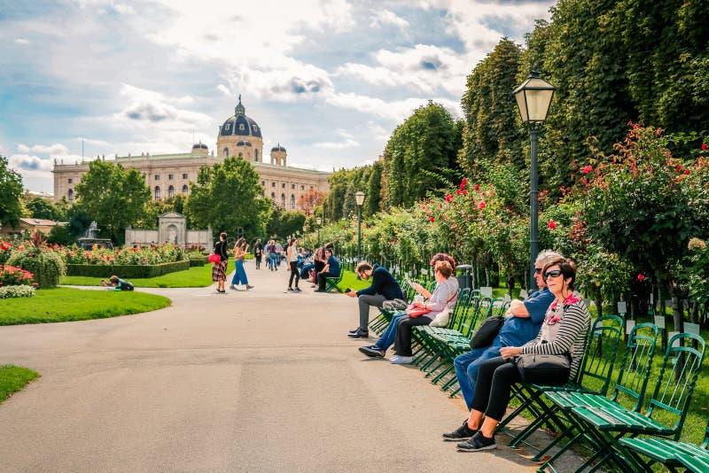 Persone nel giardino di Volksgarten a Vienna immagini stock libere da diritti