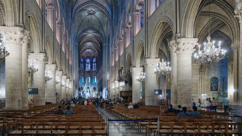 Persone nella cattedrale di Notre Dame de Paris, Parigi, Francia fotografia stock libera da diritti
