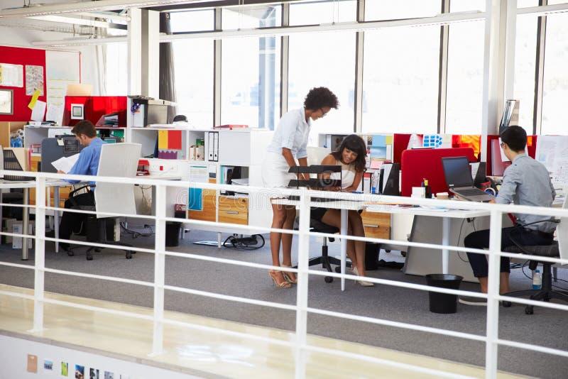 Personeel die in bezige bureaumezzanine werken royalty-vrije stock foto's