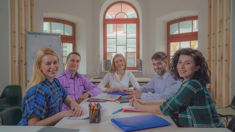 Personeel die project in de ochtend bespreken stock foto's