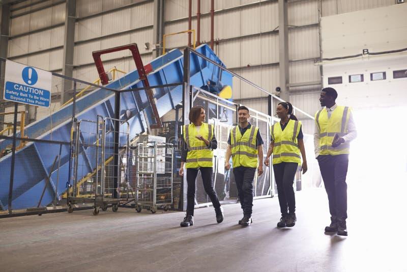 Personeel die weerspiegelende vesten in een industrieel binnenland dragen royalty-vrije stock foto's