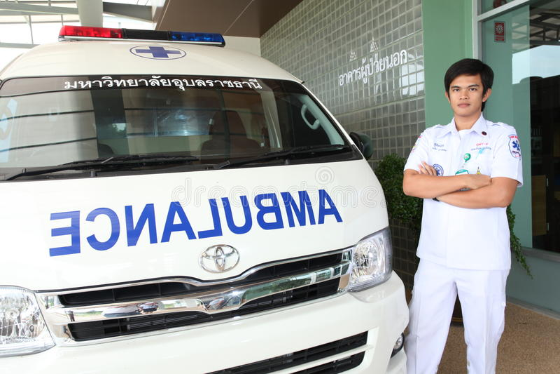 Personeel van het team van noodsituatiereddingen en zijn ziekenwagenauto stock fotografie