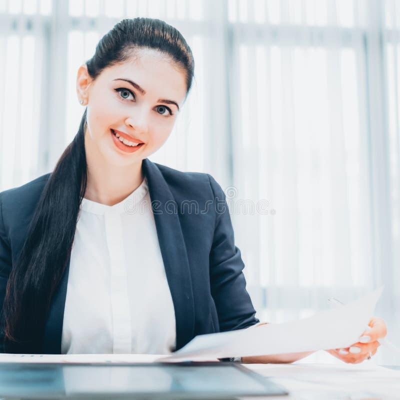 Personeels vrolijke vrouwelijke hervat recruiter royalty-vrije stock foto's