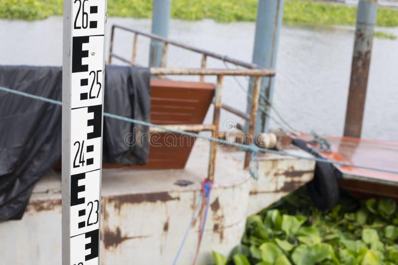 Personeelsaluminium voor onderzoek in rivier stock foto's