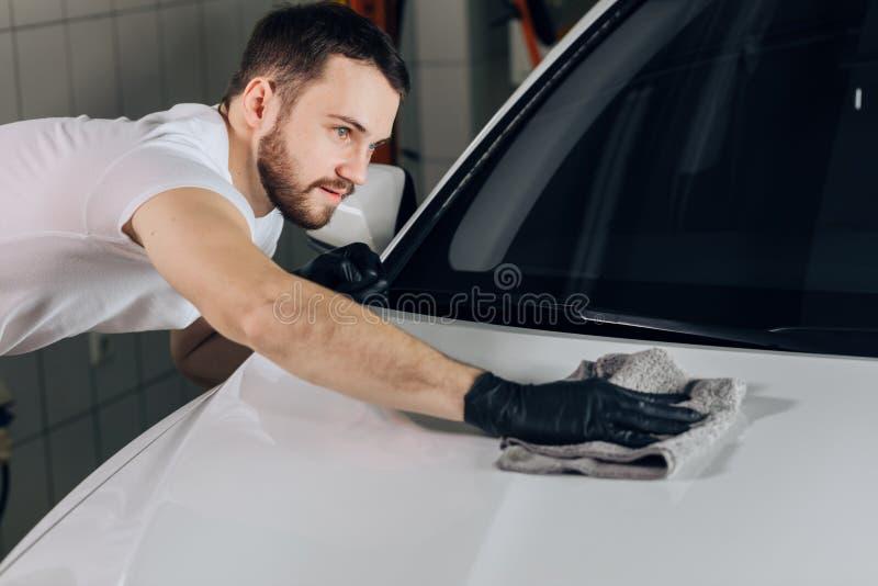Personel czyści samochód fotografia stock