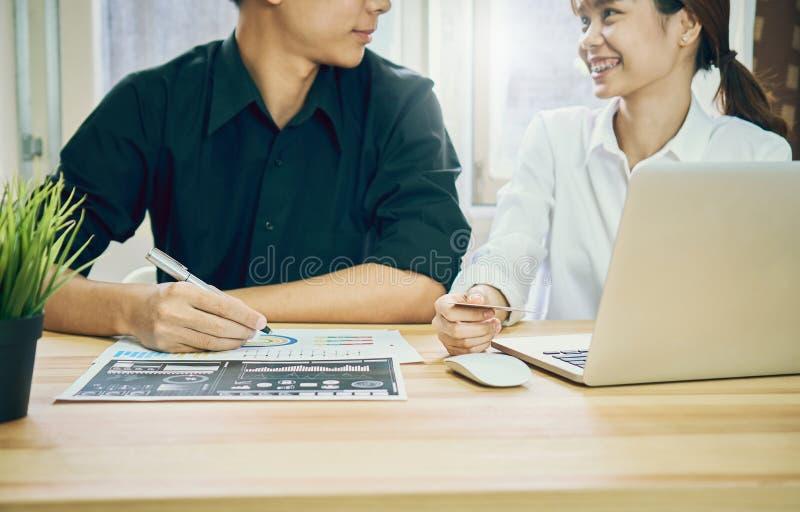 Personel jest ordynacyjny z klientami które używają ich usługa biznesowe obrazy stock