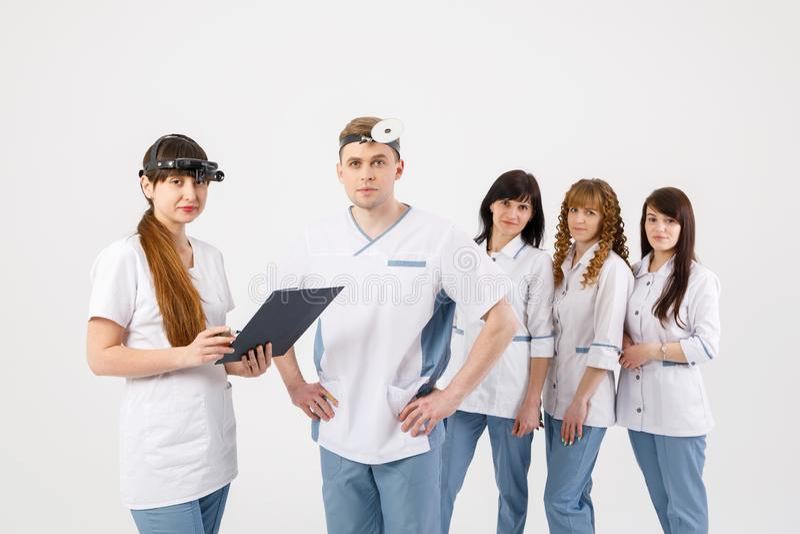 personel medyczny Portret lekarki otolaryngologists i piel?gniarki na odosobnionym bia?ym tle zdjęcie royalty free