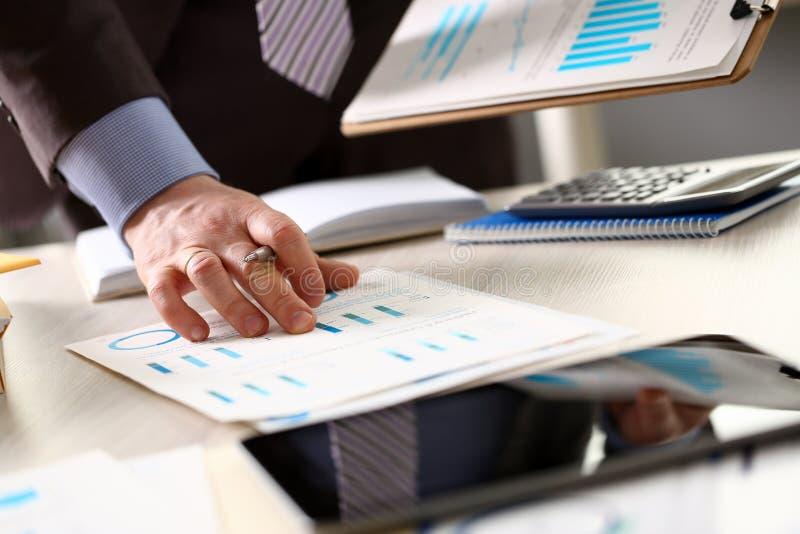 Personen beräknar rapporten för skatt för finansbudgetplanet arkivbilder