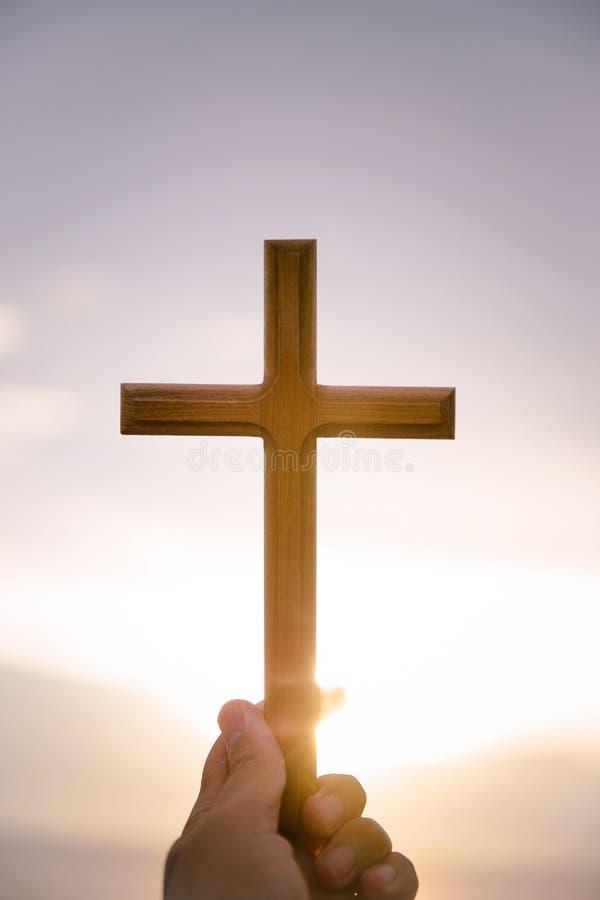 personen gömma i handflatan händer för att rymma helgedomkorset, kors för att tillbe fotografering för bildbyråer