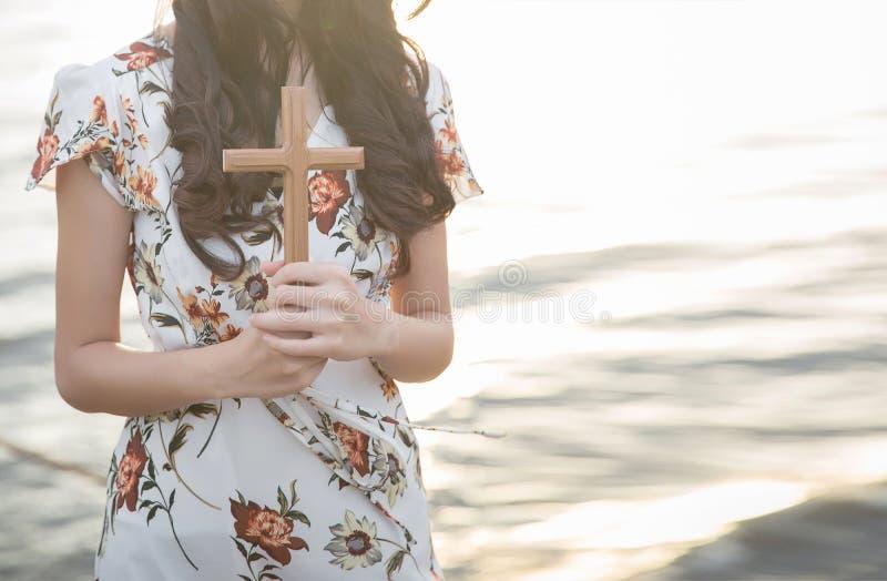 personen gömma i handflatan händer för att rymma helgedomkorset, kors för att tillbe arkivbilder