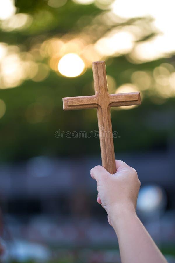personen gömma i handflatan händer för att rymma helgedomkorset, kors för att tillbe kristen i katolsk nattvard välsignar gudcere arkivbilder