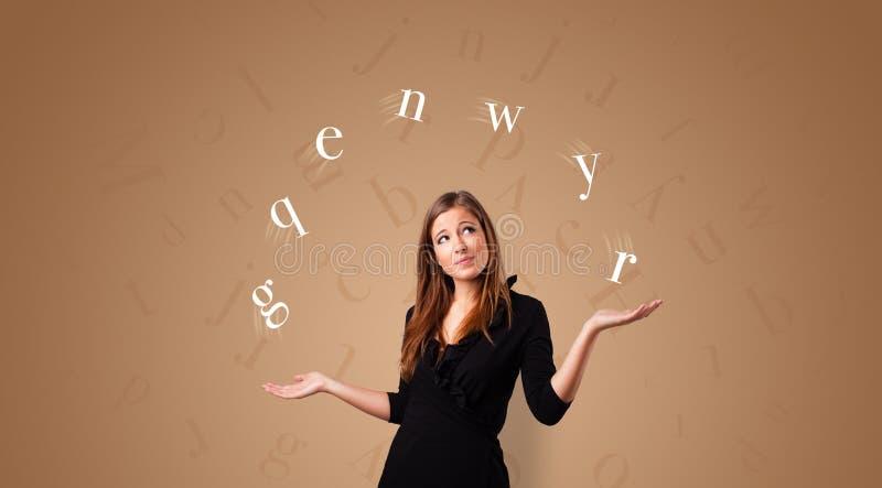Personen jonglerar med bokstäver royaltyfri bild