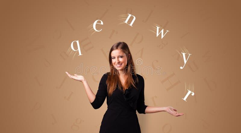 Personen jonglerar med bokstäver royaltyfri foto