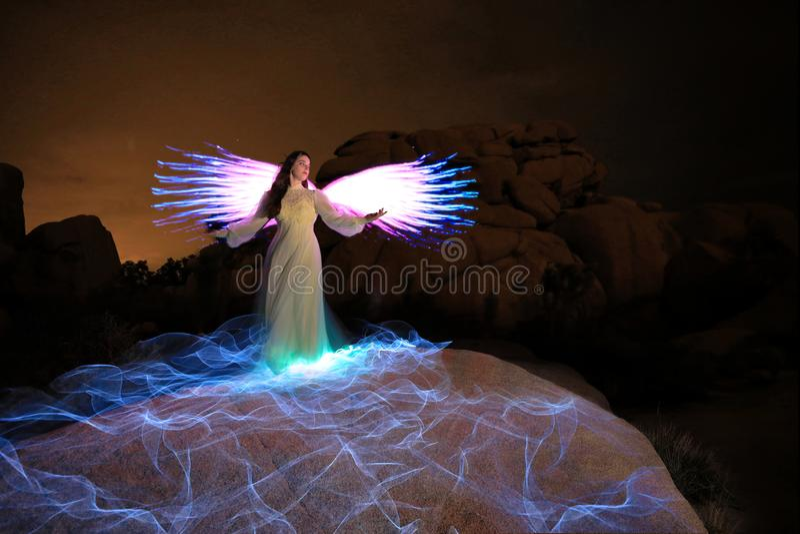 Personen-Licht gemalt in der Wüste unter dem nächtlichen Himmel lizenzfreie stockfotos