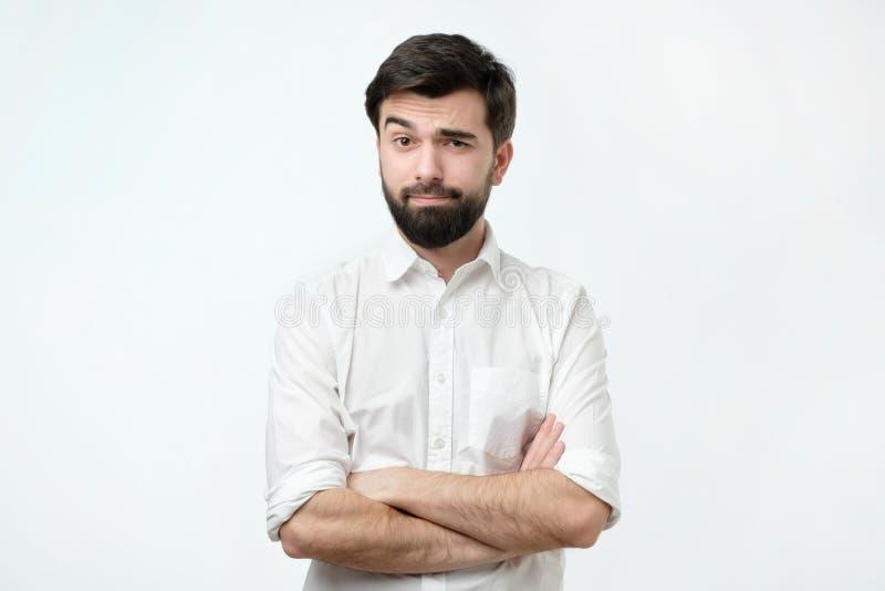 Personen lyfter hans ögonbryn och tror inte egentligen i orden som han hör och att se dyster fotografering för bildbyråer
