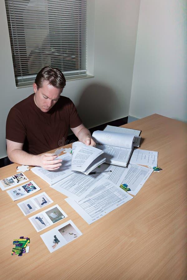 Personen söker efter något som söker böcker och legitimationshandlingar arkivfoton