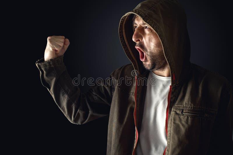 Personen som protesterar ropar på tumulthandlingen royaltyfri foto