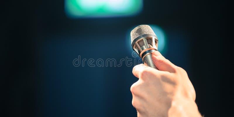 Personen spela golfboll i hål upp en mikrofon för en intervju royaltyfria foton