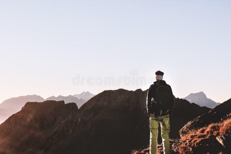 Personen-Stellung auf den Berg lizenzfreie stockbilder