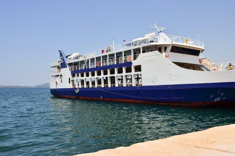 Personenautoveerboot die in de haven wordt gedokt stock afbeelding