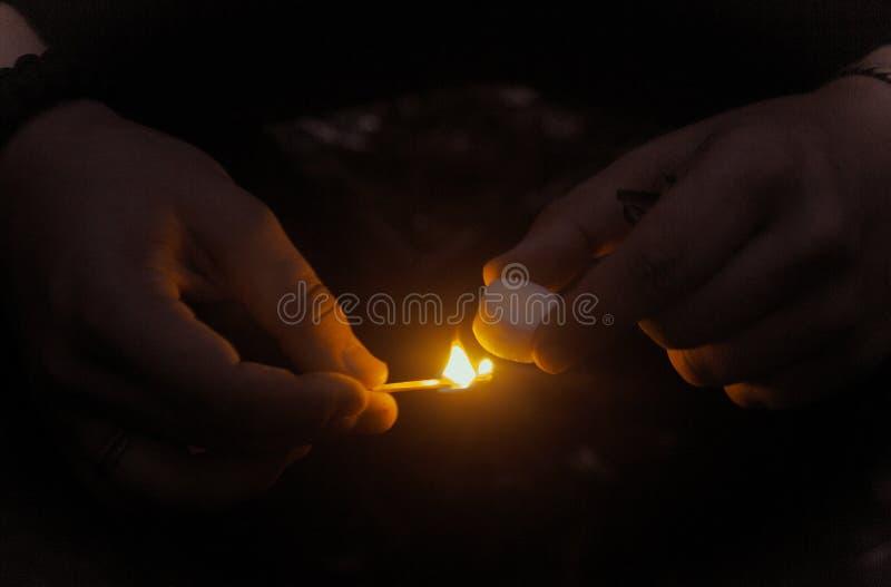 Personenbeleuchtungs-Feuertablette mit Match stockbilder