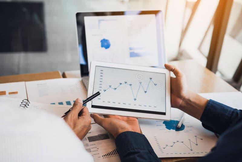 Personengesellschaftsmitarbeiter unter Verwendung einer Tablette, zum von Firmenfinanzberichten zu entwerfen berichten und Gewinn stockbild