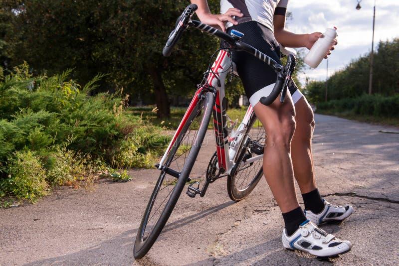 Personenvervoer een fiets royalty-vrije stock fotografie