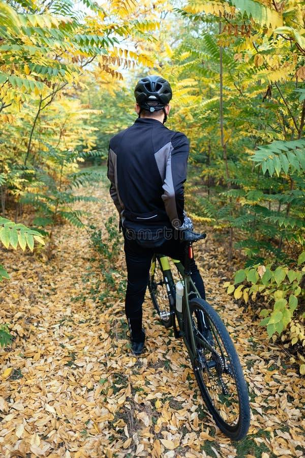 Personenvervoer een fiets in bos met helm stock afbeelding