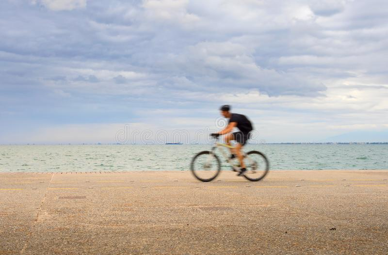 Personenvervoer een fietswaterkant royalty-vrije stock fotografie