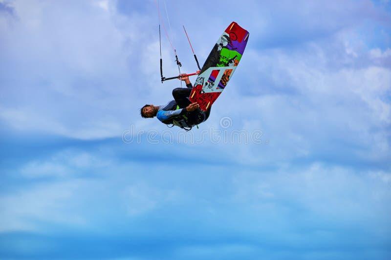 Personenvervoer een vlieger die op de golven in de zomer surfen royalty-vrije stock foto
