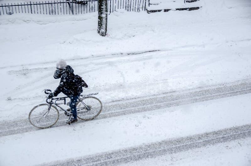 Personenvervoerfiets op Rachel Street tijdens sneeuwonweer royalty-vrije stock foto