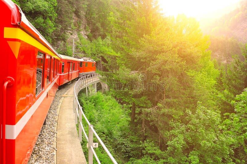 Personenzug bei Sonnenuntergang lizenzfreie stockfotografie