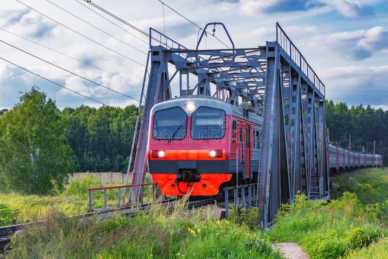 Personenzug bewegt sich durch die Br?cke stockfotos