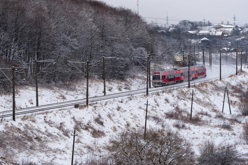 Personenzug, der Bahnlinie Kaunas nach Vilnius, Litauen, Vogelperspektive laufen lässt lizenzfreies stockfoto
