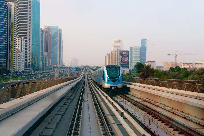 Personenzug, der entlang Dubai ultra-modern, High-Tech kreuzt lizenzfreies stockbild