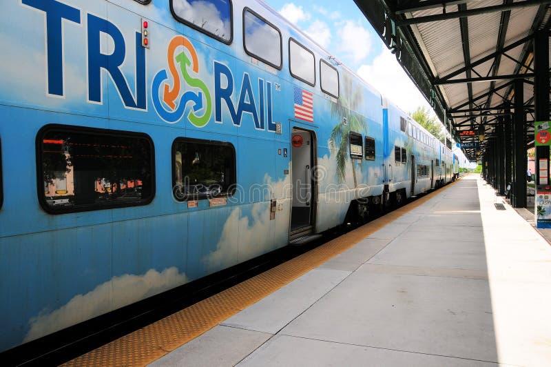 Personenzug in der Station in der Perspektivenansicht lizenzfreies stockfoto
