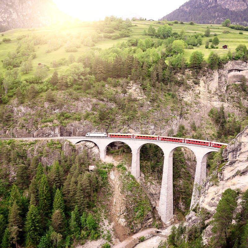 Personenzug geht von St Moritz zu Chur stockfoto
