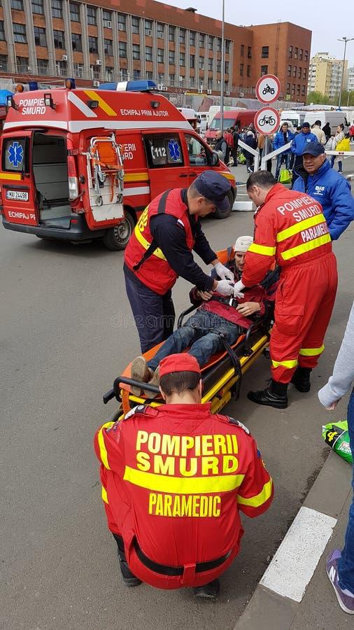 Personer med paramedicinsk utbildning som sköter patienten royaltyfri bild
