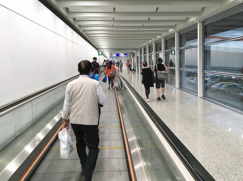 Personer på Hongkongs internationella flygplats royaltyfria bilder