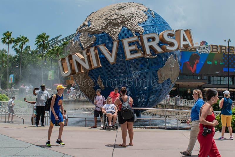 Personer som fotograferar bredvid Universal sphere i Universal Studios area 2 royaltyfri bild