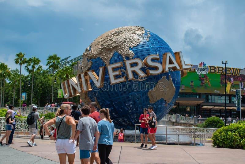Personer som fotograferar bredvid Universal sphere i Universal Studios omrÃ¥de 1 fotografering för bildbyråer
