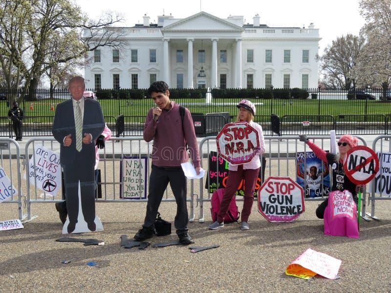 Personer som protesterar framme av Vita Huset royaltyfria foton