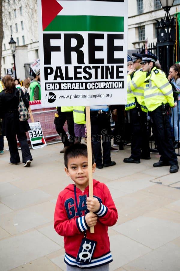 Personer som protesterar i centrala London utanför Downing Street royaltyfria foton